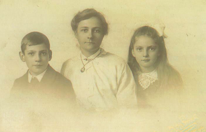 Alice Foggan and children Fred and May